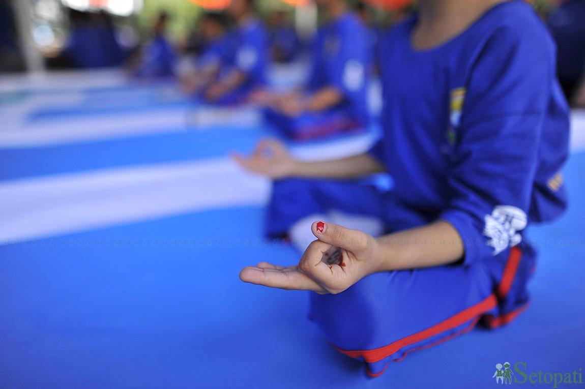 भारतीय दूतावासले आयोजना गरेको चौथो अन्तर्राष्ट्रिय योगा दिवसको अवसरमा मंगलबार योग शिविरमा सहभागी हुँदै विधार्थीहरू। तस्बिरः नारायण महर्जन