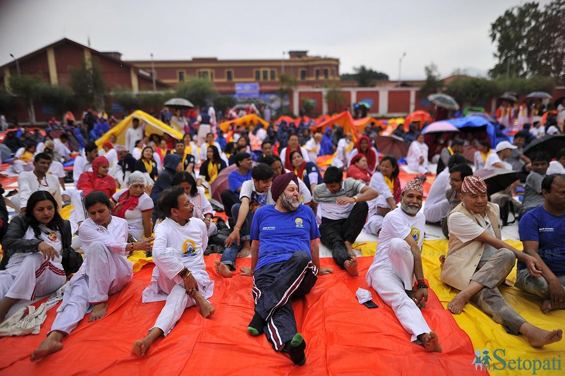 बिहिबार बिहान परेको पानीमा रूझेर अन्तर्राष्ट्रिय योग दिवसमा सहभागी भएका नेपालका लागि भारतीय राजदूत मञ्जिब सिंह पुरीलगायत विशिष्ठ अधिकारीहरू। तस्बिरः नारायण महर्जन/सेतोपाटी
