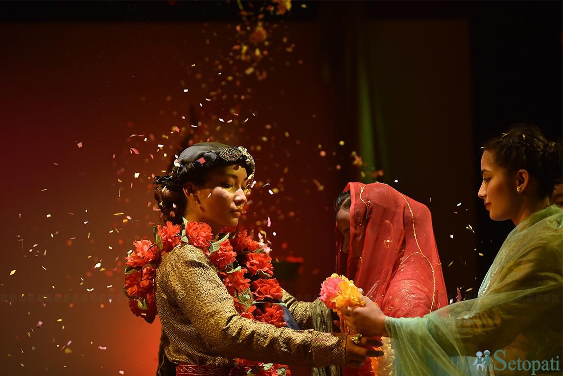 नृत्यनाटिक 'राजेन्द्रलक्ष्मी'मा प्रताप सिंह शाहसँग विवाह गर्दै राजेन्द्रलक्ष्मी। एेतिहासिक चरित्रमा अाधारित याे नाटक मण्डला नाटकघरमा मञ्चन भइरहेकाे छ। तस्बिरः नारायण महर्जन