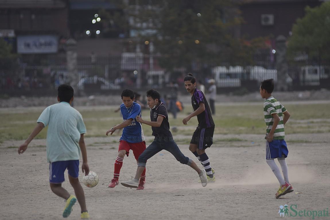 काठमाडौंको टुँडिखेलमा फुटबल खेल्दै युवाहरू। तस्बिरः नारायण महर्जन