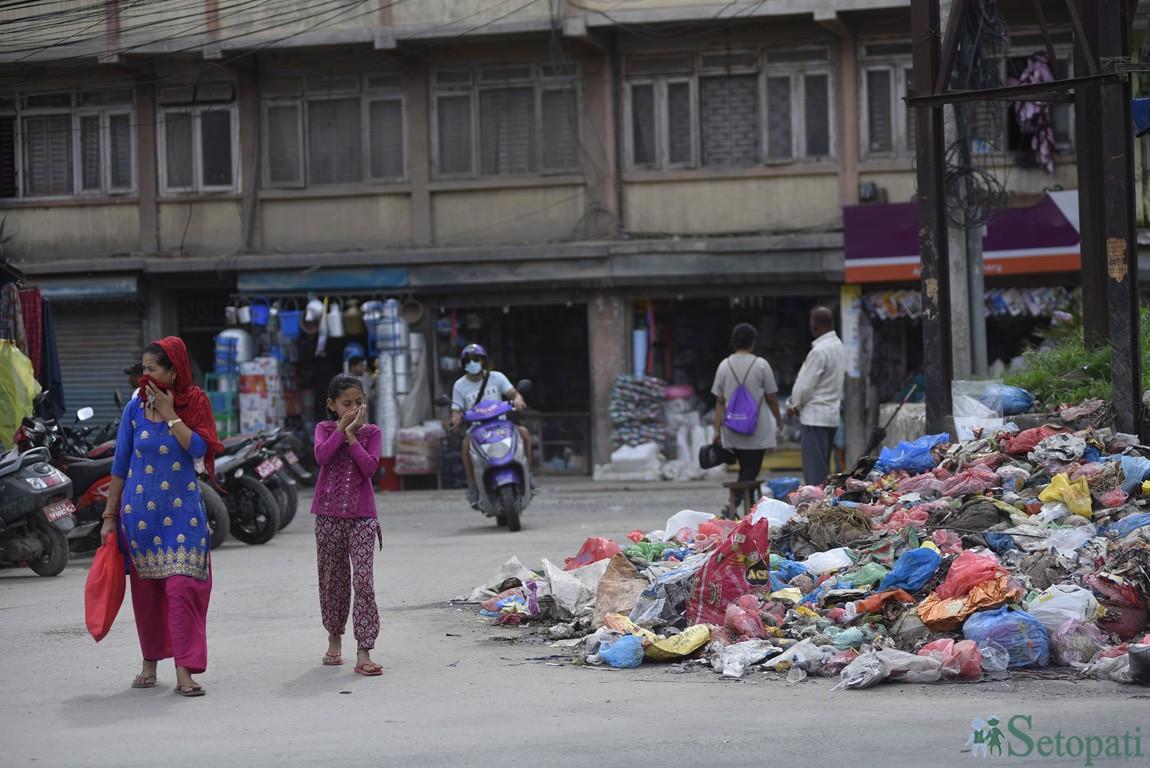 काठमाडौंका सडकमा फोहोरको डुंगुर (फोटो फिचर)