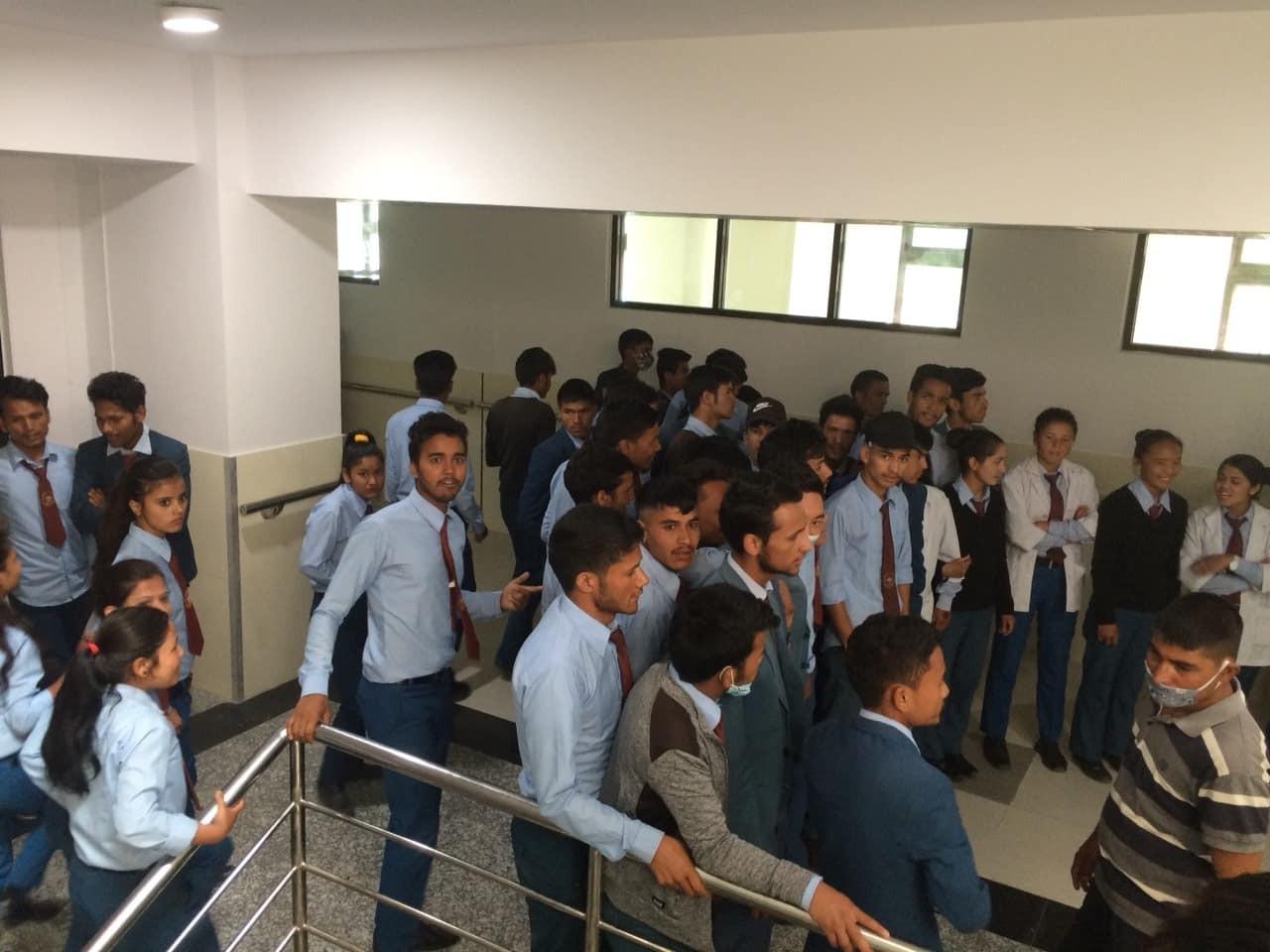 डा. केसीलाई काठमाडौं लैजान नदिन उपस्थित भएका विद्यार्थीहरू। तस्बिरः सेतोपाटी