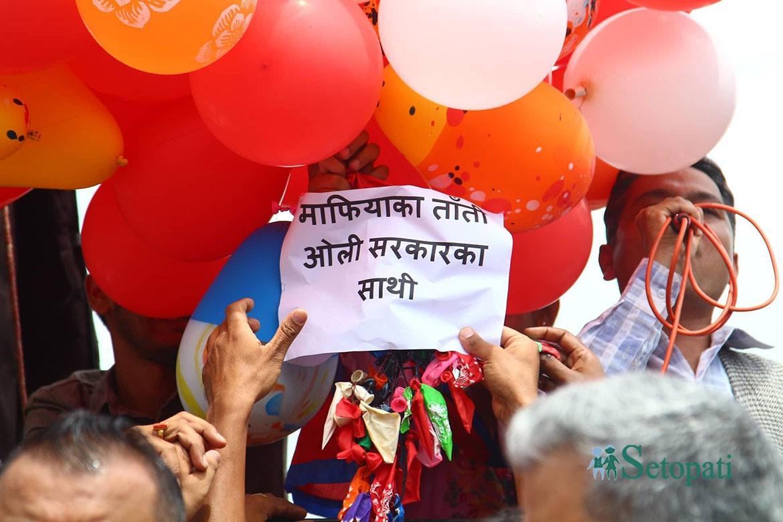 माइतीघरमा लागेको नारा: ध्यान उनको कुर्सीमा, समाजवाद बिक्यो मार्सीमा (फोटोफिचर)