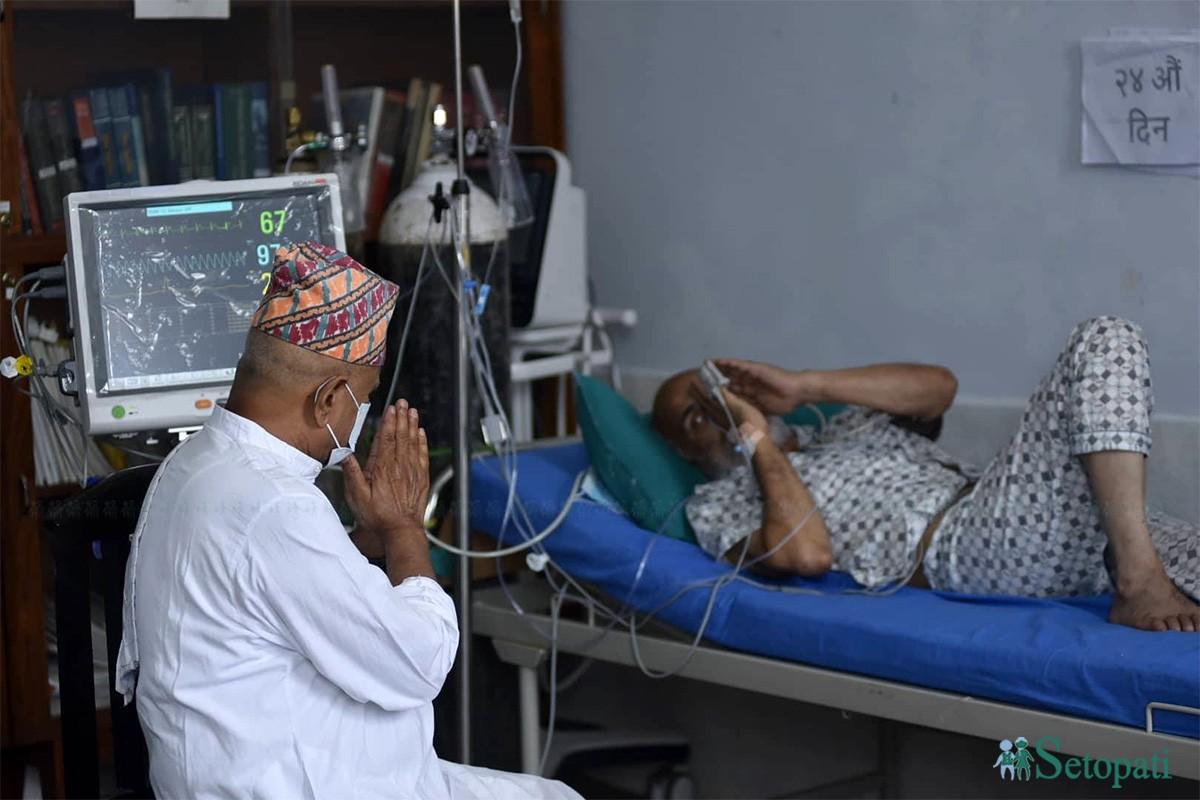 विगत २४ दिनदेखि अनसन बसिरहेका डाक्टर गोविन्द केसीको स्वास्थ्य अवस्था बुझ्न सोमबार त्रिवि शिक्षण अस्पताल पुगेका पूर्वराष्ट्रपति डाक्टर रामवरण यादव। तस्बिरः नारायण महर्जन/सेतोपाटी