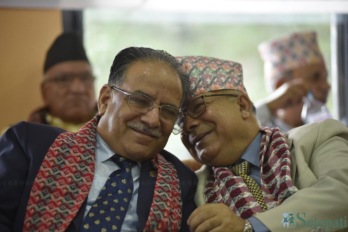 नेपाल कम्युनिस्ट पार्टीका संस्थापक महासचिव पुष्पलाल श्रेष्ठको ४० औं स्मृति दिवस सोमबार गफिदै अध्यक्ष पुष्पकमल दाहाल र नेता माधवकुमार नेपाल। तस्बिरः नारायण महर्जन