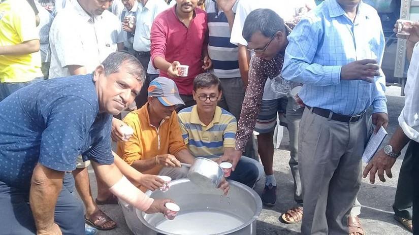 चितवनको रत्ननगरमा सोमबार दूध बाँडेर प्रदर्शन गर्दै किसान। तस्वीरः नारायण ढुंगाना, रत्ननगर