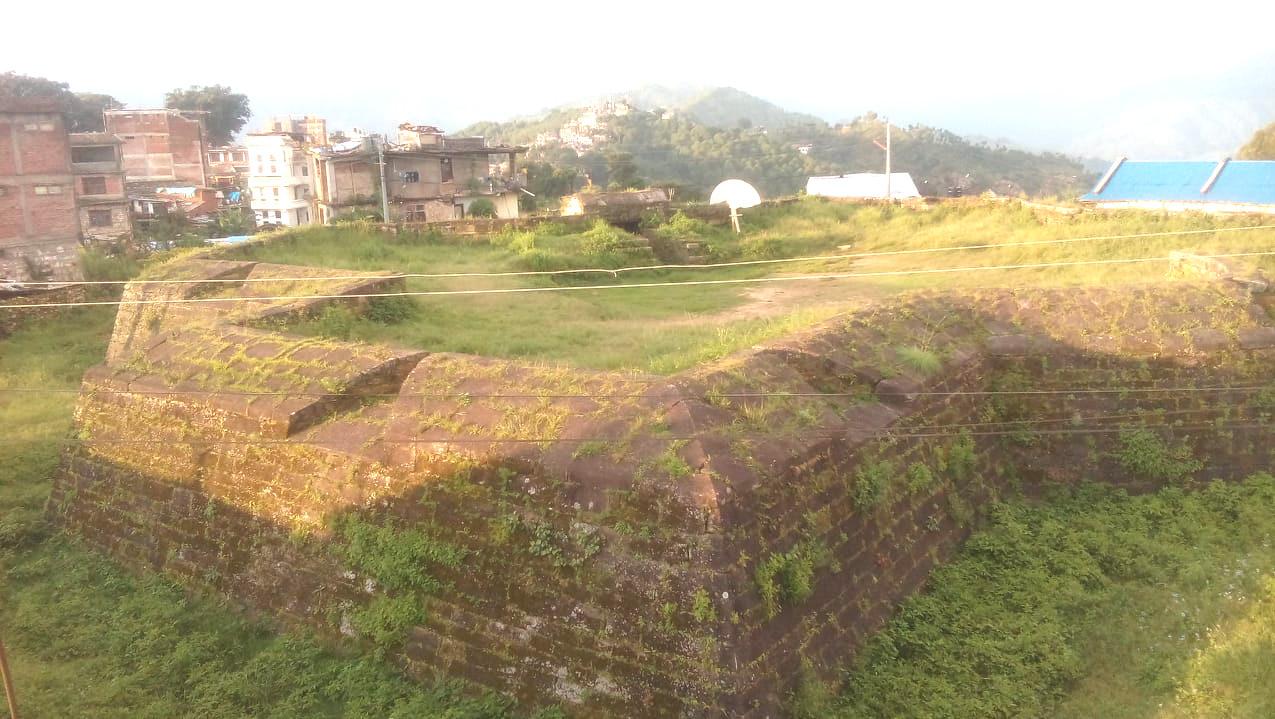 दैलेखको नारायण नगरपालिका–१ मा पर्ने 'कोतगढी'। यो गढी हेर्न नजिकै रहेका घरको छतमा चढ्नुपर्छ। तस्बिर: दिपकजंग शाही/सेतोपाटी