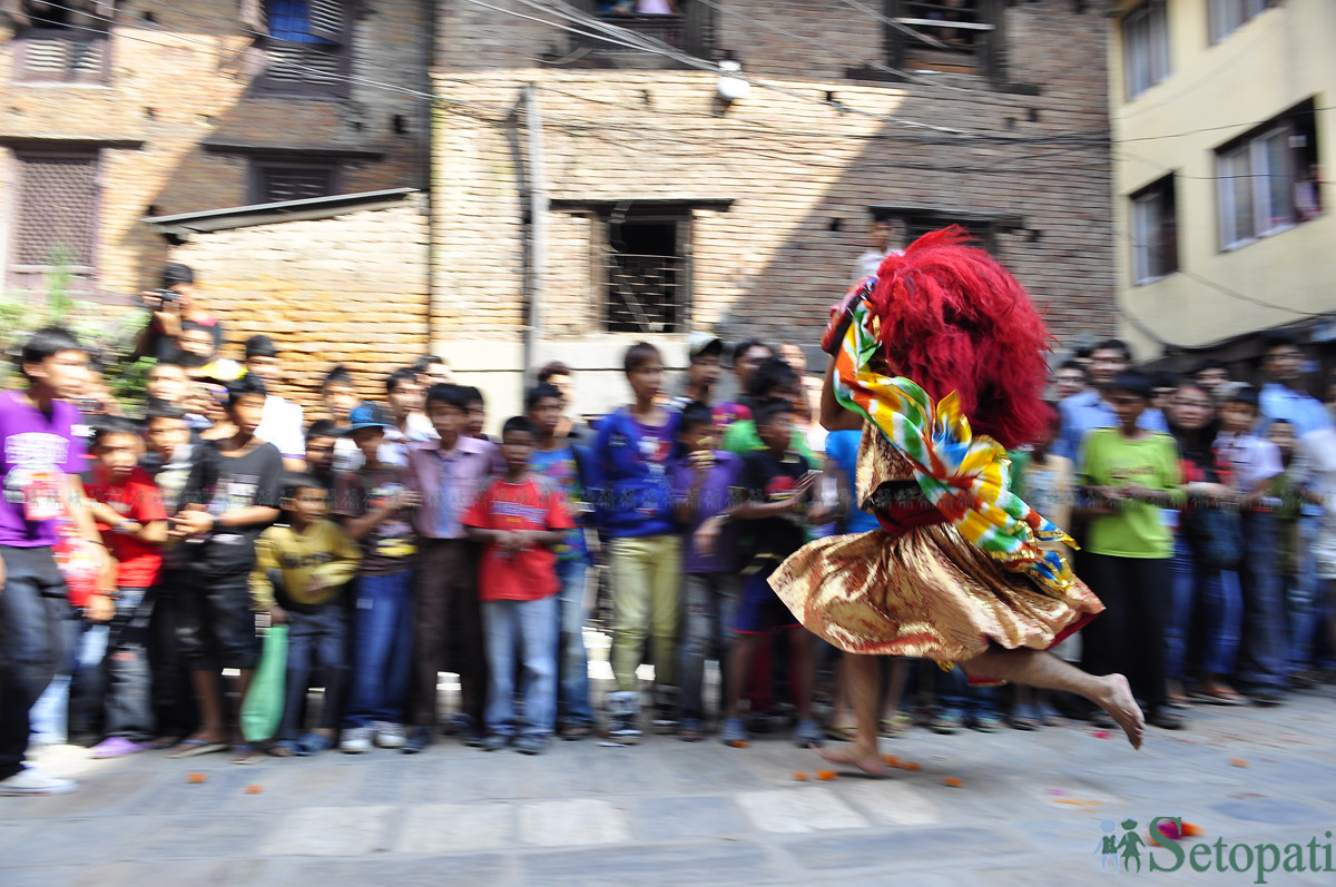 काठमाडौंकी केटीसँग प्रेममा परेर थुनिएको लाखे अब नाच्दै निस्कन्छ
