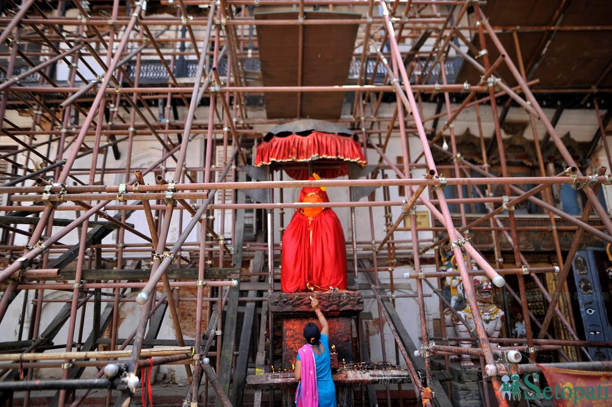 वसन्तपुर दरबार स्क्वायर परिसरमा रहेको हनुमानको मन्दिरमा पूजा गर्दै भक्तजन। तस्बिरः नारायण महर्जन