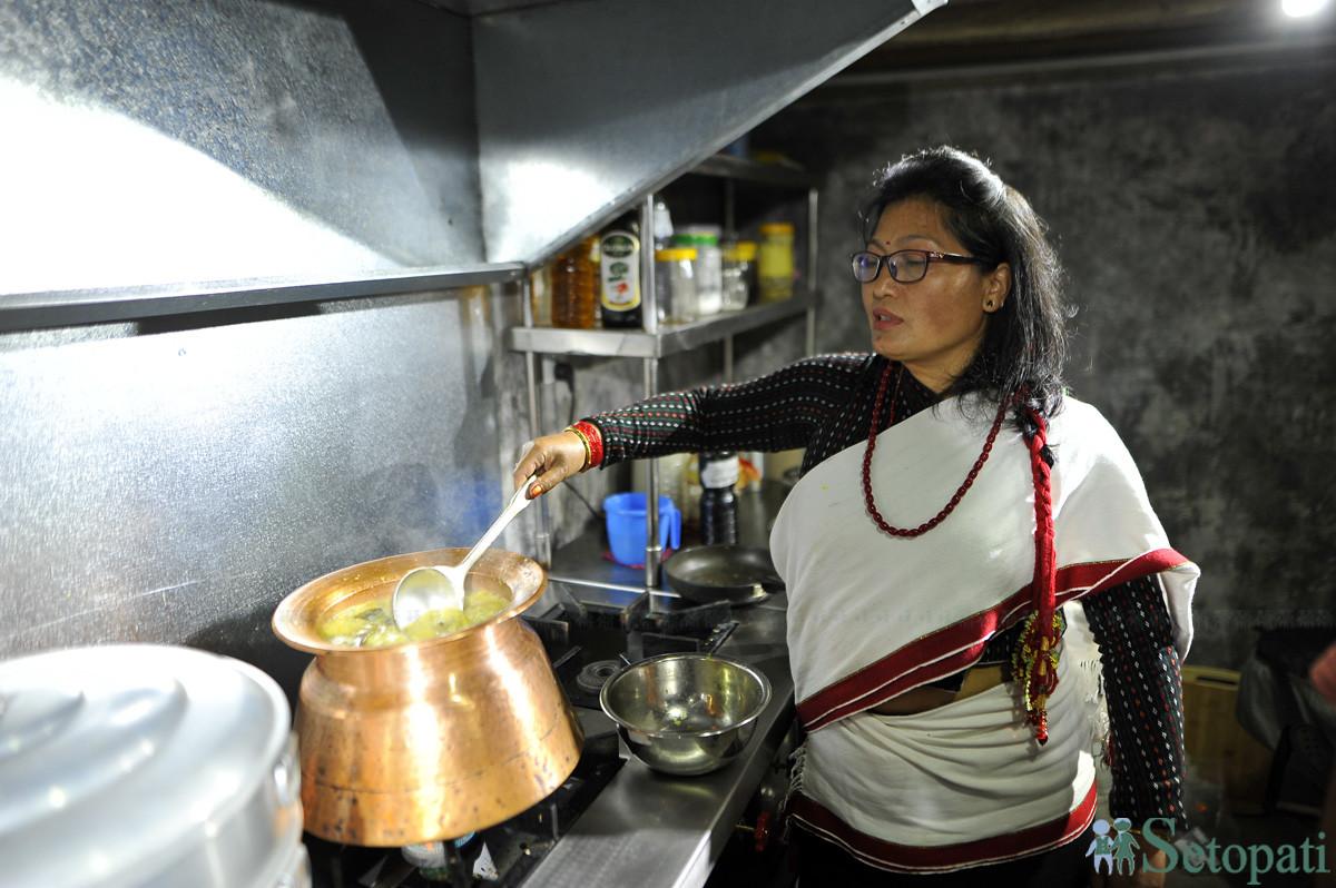 सोभिता महर्जन बुल्ला पकाउँदै। तस्बिरः नारायण महर्जन/सेतोपाटी