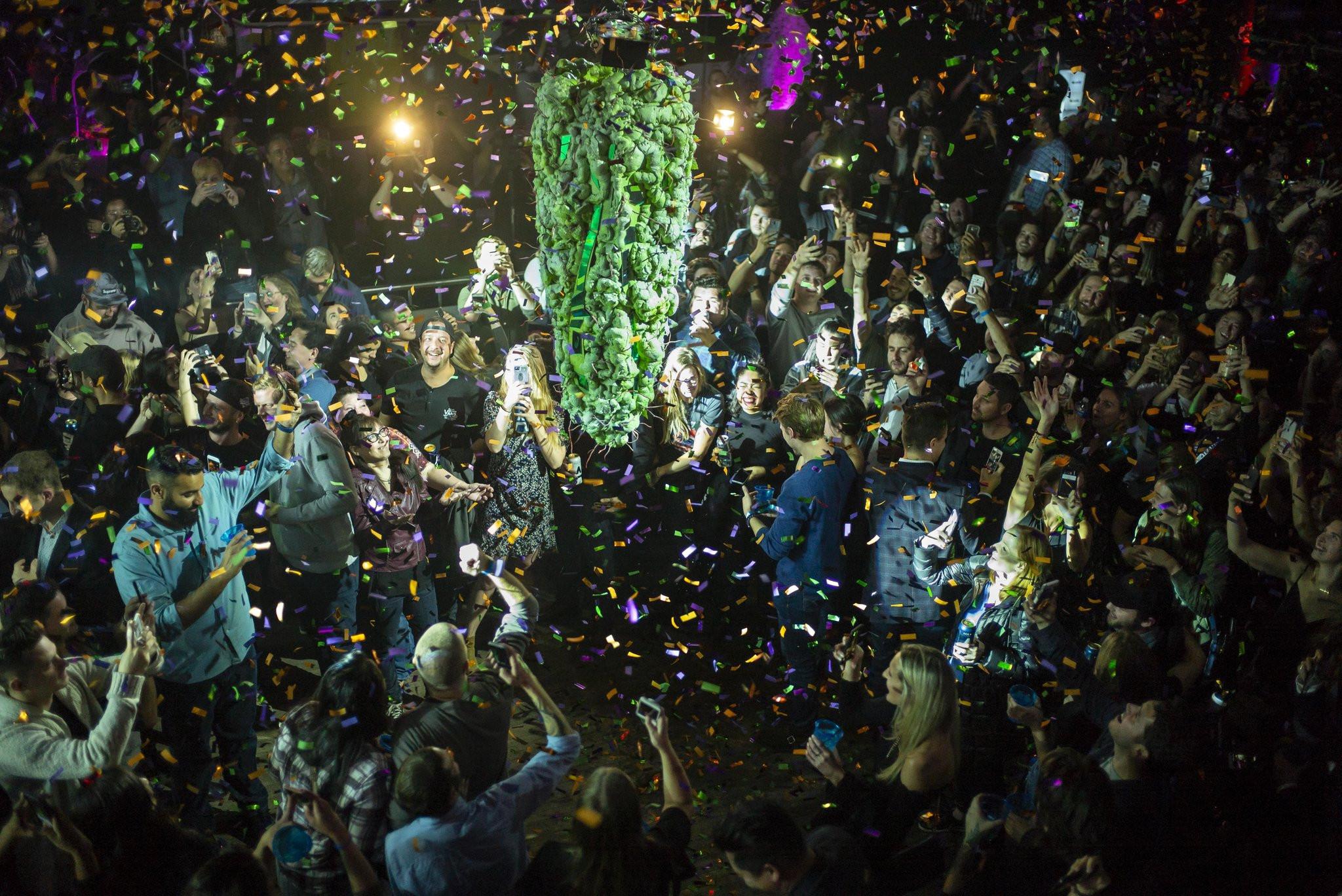 क्यानडामा गाँजा बिक्री खुला भएपछि खुसीयाली मनाइँदै। तस्बिरः द न्यूयोर्क टाइम्स
