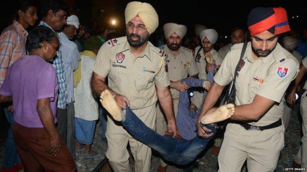 भारत पञ्जाबको अमृतसर सहरमा रेलले किच्दा ७० जनाको मृत्यु, १४२ घाइते