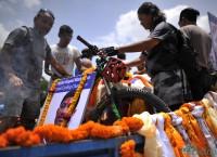 श्रद्धाञ्जली पछि अन्तिम संस्कारका लागि शव यात्राको तयारी। तस्बिरः नारायण महर्जन