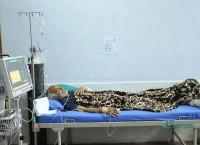 चिकित्सा शिक्षा सुधारको माग गर्दै जुम्लामा र काठमाडौंमा विगत २१ दिनदेखि अनसन सहितको सत्याग्रह गरिरहेका डाक्टर गोविन्द केसी शुक्रबार त्रिवि शिक्षण अस्पतालमा। तस्बिरः नारायण महर्जन
