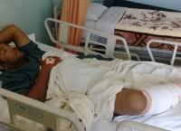 चितवन राष्ट्रिय निकुञ्जमा पर्यटक घुमाउन जाने क्रममा गैंडाको आक्रमणबाट गम्भीर घाइते भएका सौराहाका पर्यटन व्यवसायी तथा संरक्षणकर्मी शीरलाल परियार काठमाडौंको ग्राण्डी अस्पतालमा उपचार गराउँदै । तस्वीर :  रासस