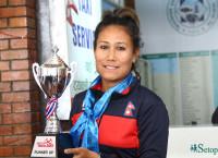 उपविजेताको ट्रफिसहित नेपाल फर्किएकी राष्ट्रिय क्रिकेट टोलीकी कप्तान रूविना क्षेत्री। तस्बिरः निशा भण्डारी