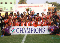 नेपाललाई ३-१ गोल अन्तरमा हराउँदै उपाधि जितेपछि खुसी मनाउँदै भारतीय टोली। तस्बिरः निशा भण्डारी/सेतोपाटी