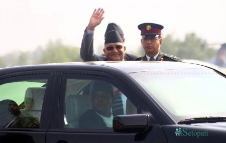 मंगलबार चीन भ्रमणमा लागेका प्रधानमन्त्री केपी शर्मा ओली विदाई हात हल्लाउँदै। तस्बिरः निशा भण्डारी
