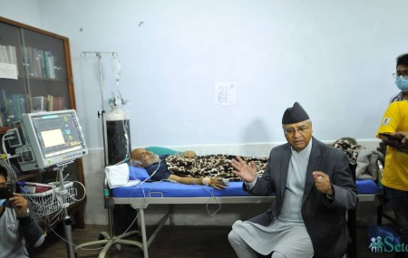 शुक्रबार त्रिवि शिक्षण अस्पतालमा अनसनरत डाक्टर गोविन्द केसीलाई भेट्दै नेपाली कांग्रेसका सभापति शेरबहादुर देउवा। तस्बिरः नारायण महर्जन