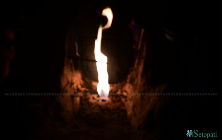 दैलेखको नाभिस्थान मन्दिरमा जमिनमुनिबाट निस्किएको निरन्तर बलिरहने ज्वाला। तस्बिरः दीपेन्द्र