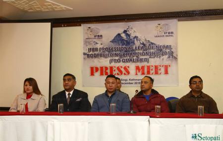 आउँदो फागुन ३– ४ गते 'आइएफबिबि– प्रोफेसनल लिग नेपाल, बडिबिल्डिङ च्याम्पियनसिप–२०१९ ( प्रो क्वालिफायर)' आयोजना हुने जानकारी दिँदै 'आइएफबिबि– लिग नेपाल' का अध्यक्ष सानु गुरुङसहित शुक्रबार काठमाडौंमा आयोजित पत्रकार सम्मेलनमा । तस्बिरः निशा भण्डारी
