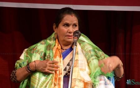 शनिबार राजधानीमा आयोजित एकल डेउडा गायन कार्यक्रममा सम्मानित हुँदै गायिका डीक्रा बादी। तस्बिरः सेतोपाटी