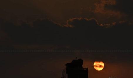 मंगलबार राजधानीबाट देखिएको सूर्यास्तको दृश्य। तस्बिरः नारायण महर्जन/सेतोपाटी
