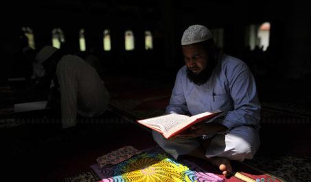 काठमाडौंको जामे मस्जिदमा रमदानको अवसरमा पवित्र पुस्तक कुरान पढ्दै नेपाली मुस्लिम समुदायका एक व्यक्ति। तस्बिर: नारायण महर्जन